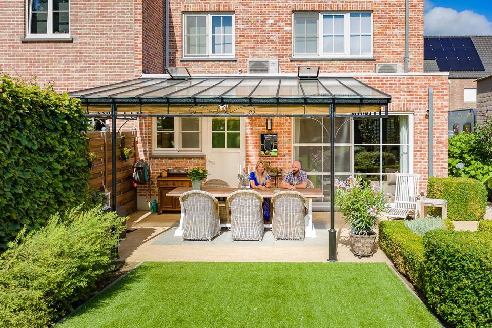 De terrasoverkapping verlengt de woonkamer van Els en Philippe tot in hun tuin.