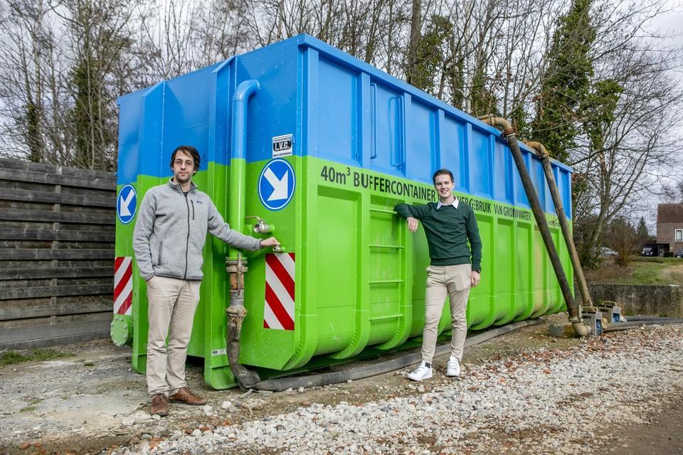 Arne Van Baelen en Jari Van Laere van de start-up WerfWater staan hier op een bouwwerf in de Rietlei in Duffel. Via een kraan kunnen burgers grondwater tanken dat anders verloren zou gaan.