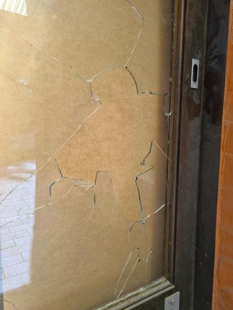 Toen de dief een ijzeren staaf door het raam mikte, werd de zaakvoerder in zijn woning boven de escaperoom gealarmeerd.