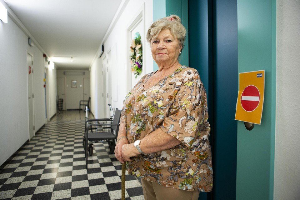 Johanna (Ninin) Darmoise op de vierde verdieping van Den Drossaert bij de lift die tot maandagmiddag buiten werking was.