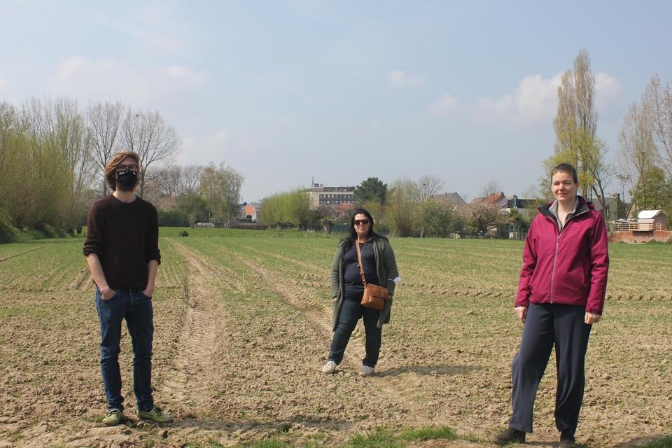 Alec Lamberts, Ingrid Buyens en Thaïssa Kockelkoren (van links naar rechts) willen het dorp leefbaar houden. Links naast het appartementsgebouw in het midden zou de nieuwbouw komen.