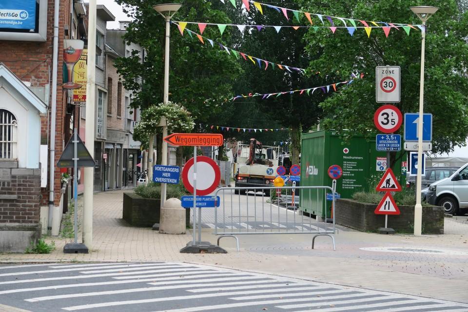 Omwille van de drukke bouwactiviteiten die weldra zullen plaatsvinden vooraan in de Paalstraat, heeft de gemeente de winkelstraat afgesloten voor doorgaand verkeer.