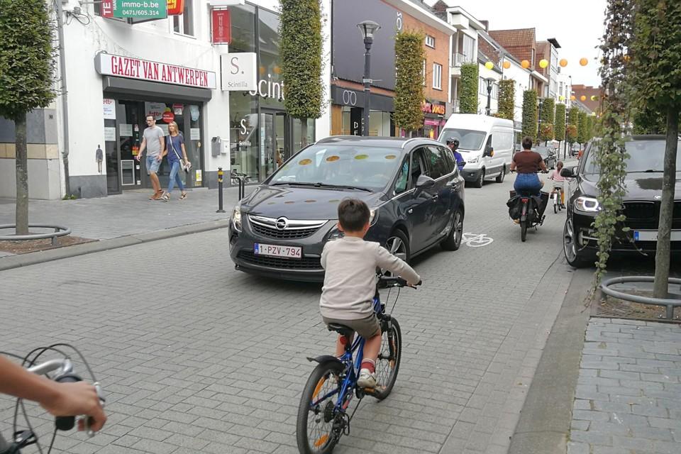 In de Nieuwstraat ondervinden fietsers onder meer last van automobilisten die op de weg dubbelparkeren.