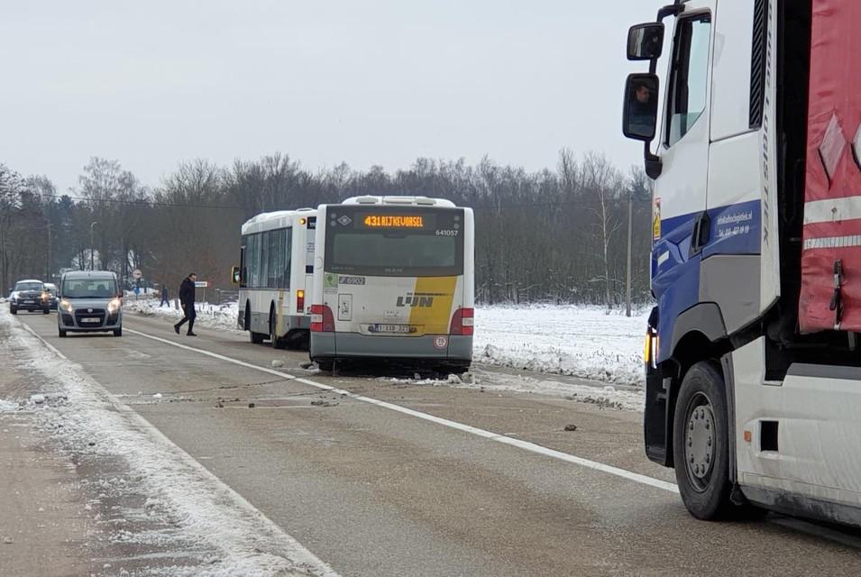Een andere bus van De Lijn kwam ter plaatse om de gestrande bus te takelen en weer recht op de baan te zetten.