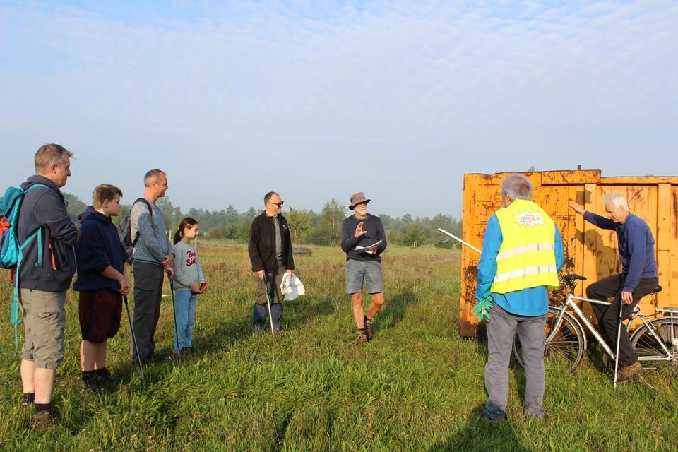 Dirk De Schutter wijst de vrijwilligers een lus toe op het traject.