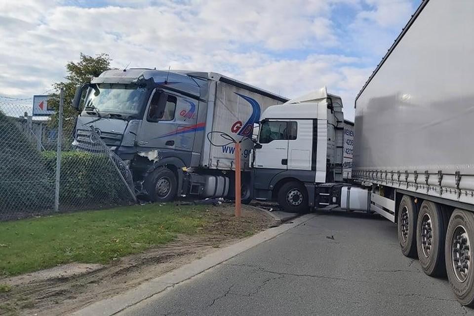 Eén truck ging door een omheining en kwam in de struiken tot stilstand