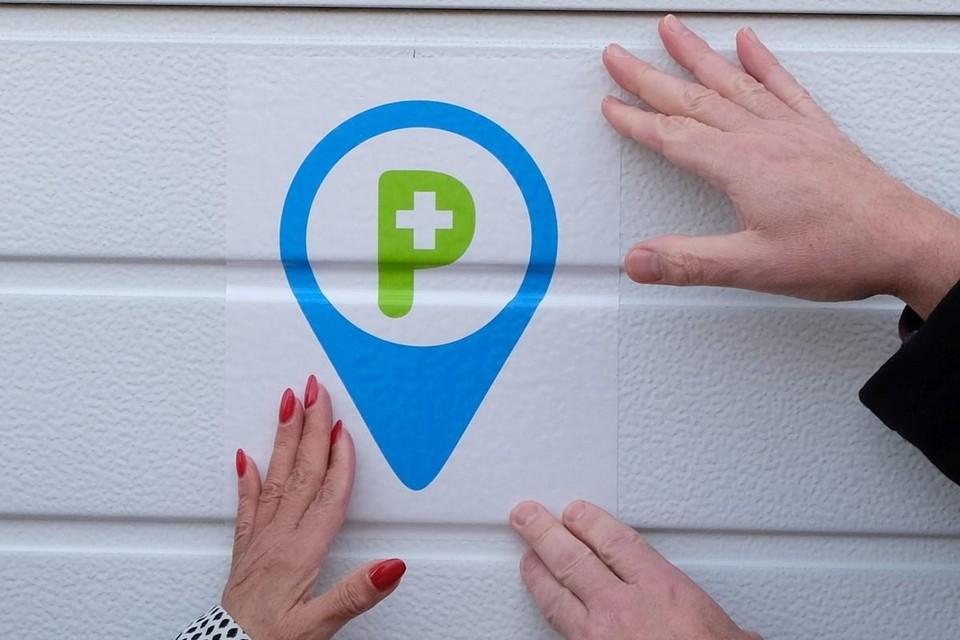 Via een speciale sticker op de garagepoort of aan de oprit herkent de zorgverstrekker de zorgparking.