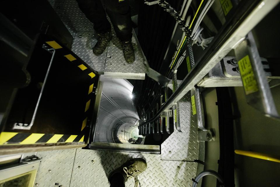 Boven naast de lift. Als die niet zou werken, is het een zeer lange afdaling via de trap.