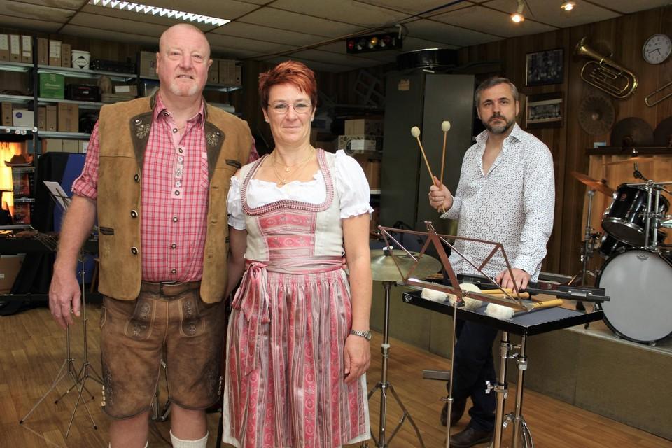Jan Augustijnen met Tim Janssens en Patricia Busschots, die al gekleed zijn voor het Tirolerfeest.