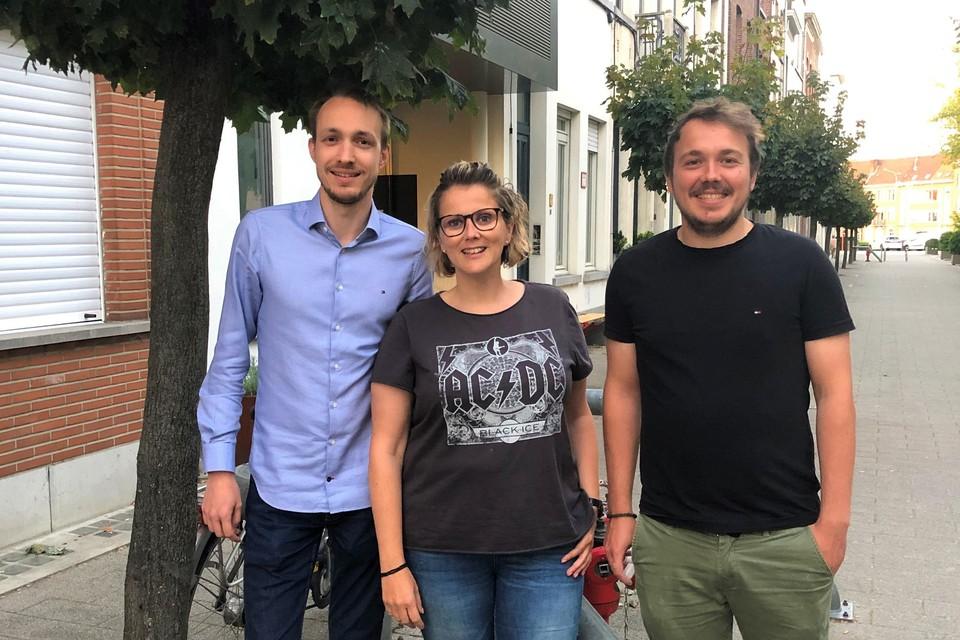 Initiatiefnemers Kenneth, Nadia en Niels organiseren een eerste garageverkoop in 'De Gouden 3 hoek'.