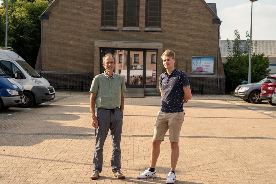 Groen-raadsleden Koen Kerremans en Brend Van Ransbeeck aan de ontwijde kerk in de Misstraat.
