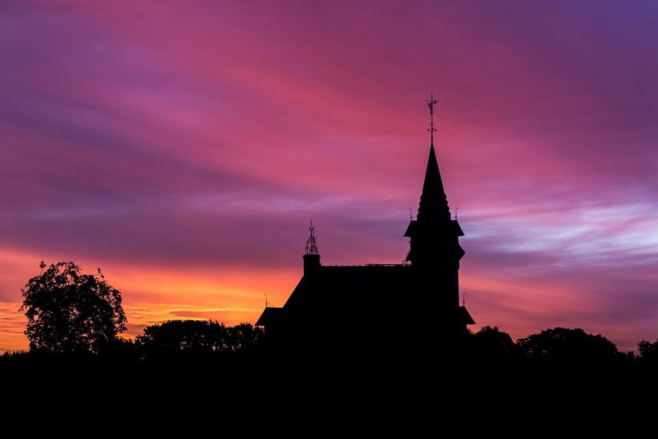 Het gemeentehuis in avondrood kleurt de nieuwe website.