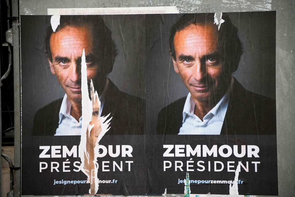 In het straatbeeld van Parijs duiken al affiches op als deze, hoewel Zemmour zich nog niet officieel presidentskandidaat heeft gesteld.