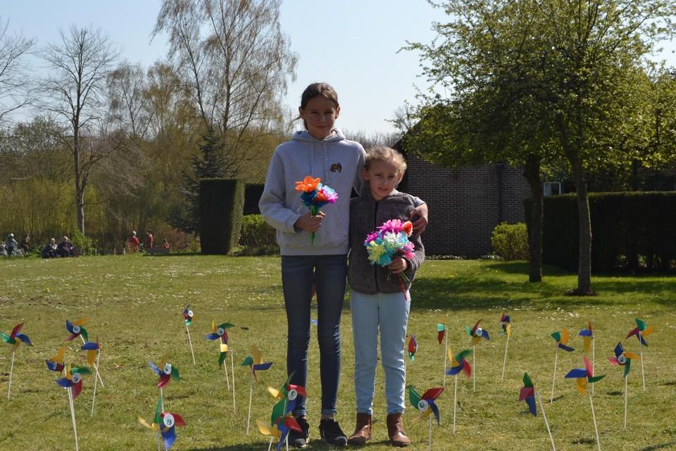 Magali en Morgane met hun bloemen aan het woonzorgcentrum.