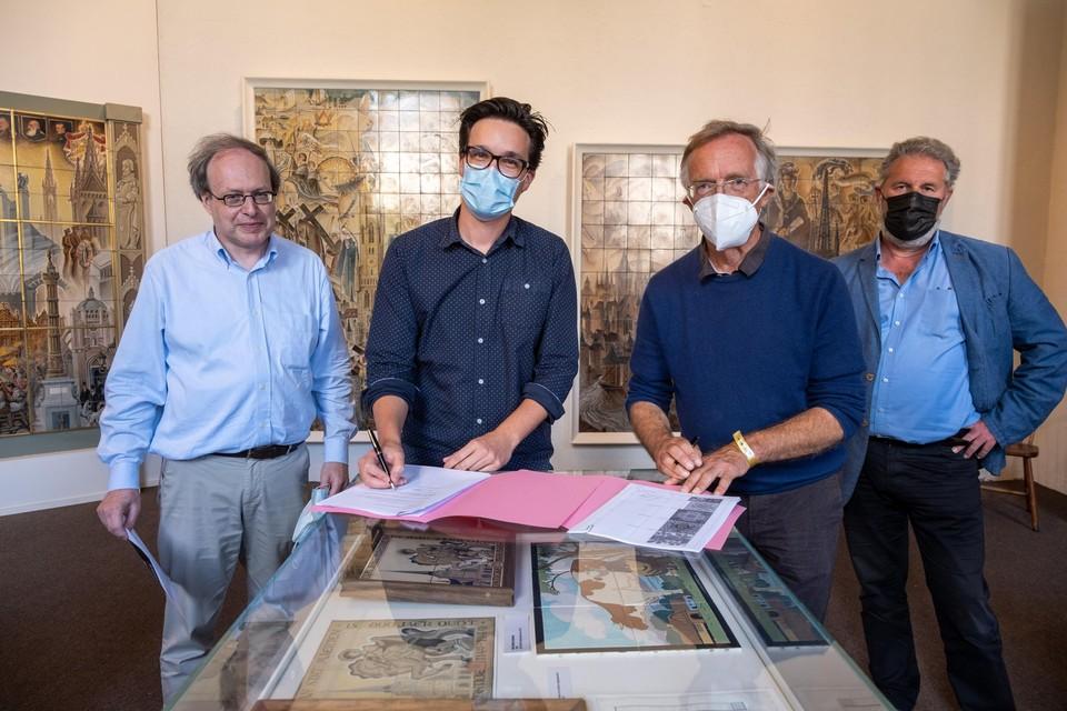De uitwisseling wordt bezegeld met conservator Mario Baeck, voorzitter Stefan Van Linden,de vertegenwoordiger van het Duitse museum en cultuurschepen Jo Van Havere (Groen).