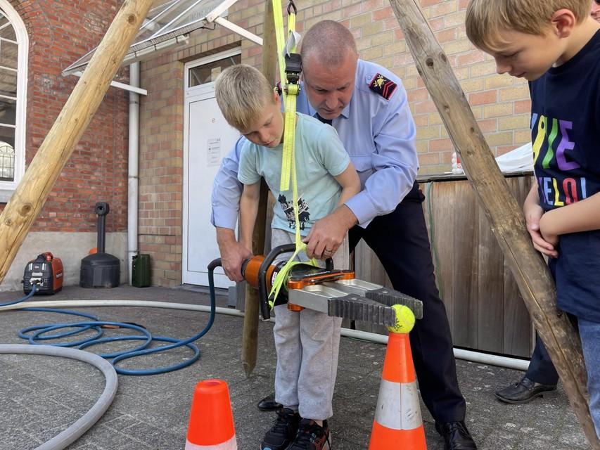 Een brandweerman-in-wording en een échte.