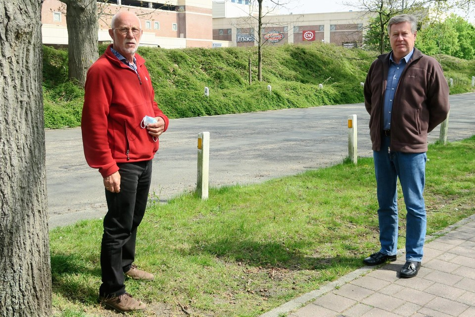 Paul Hertoghs en Frans Rutten van het Krommelei-wijkcomité in hun 'voortuin', de 'achtertuin' van Wijnegem Shoppingcenter, met uitzicht op de laad- en loskade.