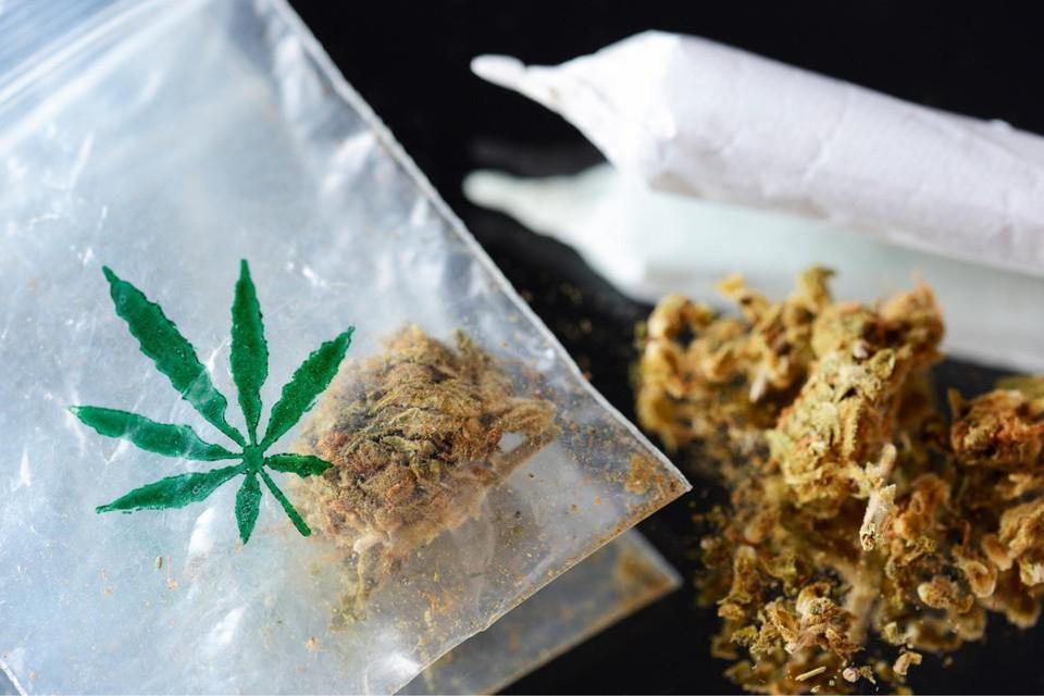 De politie trof ruim tweehonderd gram cannabis aan in een plastic zak