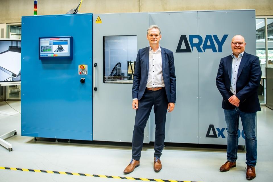Dirk Hamelinck van Deltaray en Kurt Hensen van Europe Averna bij het prototype van de machine waarin de nieuwe technologie wordt toegepast.