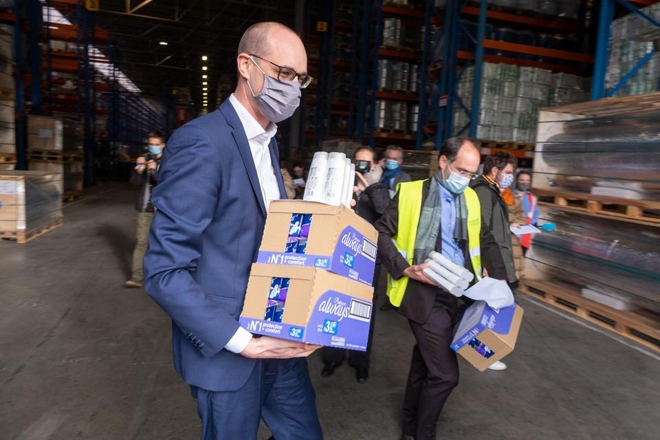 Federaal minister van Financiën Vincent Van Peteghem (CD&V) en Remco Ruiter (Goods to Give) bij XPO Logistics aan de Romeynsweel in de Antwerpse haven.