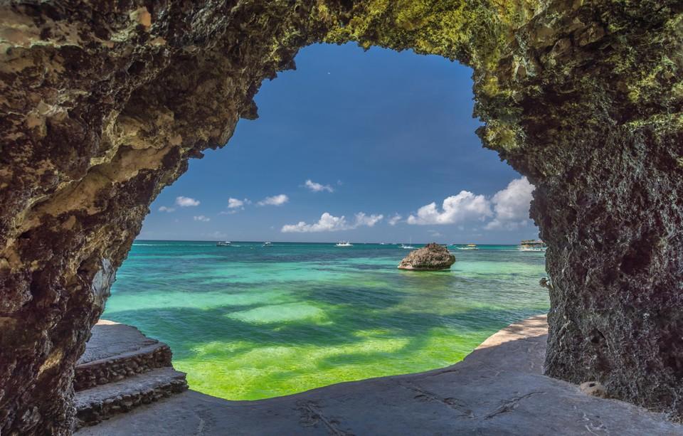Zicht vanuit de grot op Boracay.