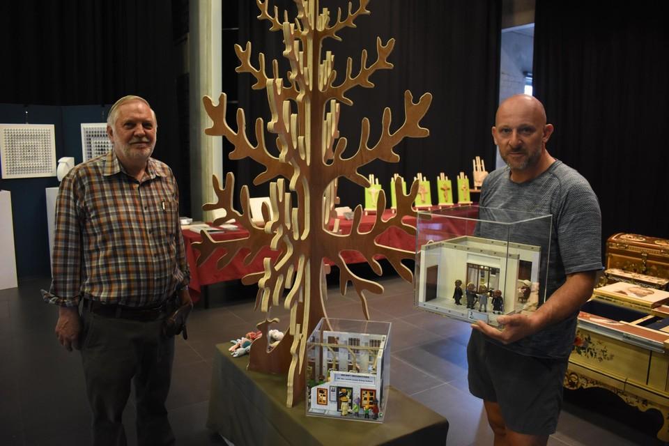 Willy Wagemans van KuBa en Dirk Coesemans van Connect to Smile bij de opbouw van het kunstwerk.