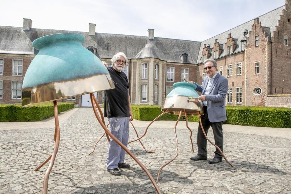 De 66-jarige Laurent Reypens (links) uit Westerlo is een internationaal bekende kunstenaar. Al meer dan 35 jaar schildert en maakt hij beelden in polyester, brons en glas.