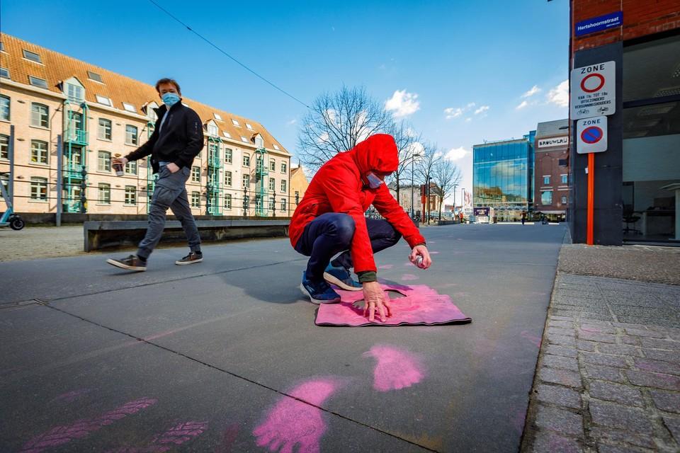 Kunstminnende Mechelaars eren Frans Croes met roze handen en voetjes in het straatbeeld.