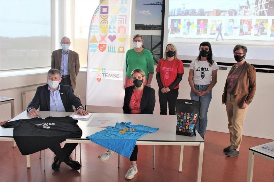 Het gemeentepersoneel maakte eind april al kennis met de nieuwe stijl, onder meer via een goodiebag die ze kregen (op tafel). Op 1 mei volgde de uitrol in de rest van Temse (zittend: burgemeester Luc De Ryck en algemeen directeur Nele De Cleen).