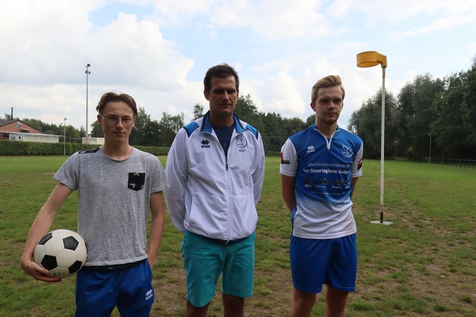 Voorzitter Bert Speleman en twee van zijn trainers.
