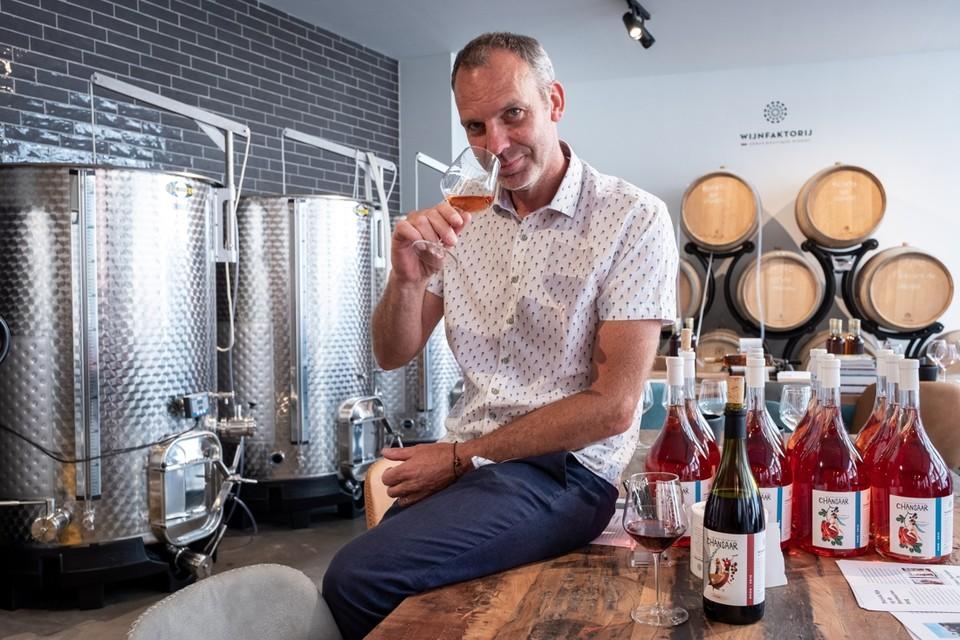 Patrick Nijs in de Wijnfaktorij, die hij zaterdag opende.