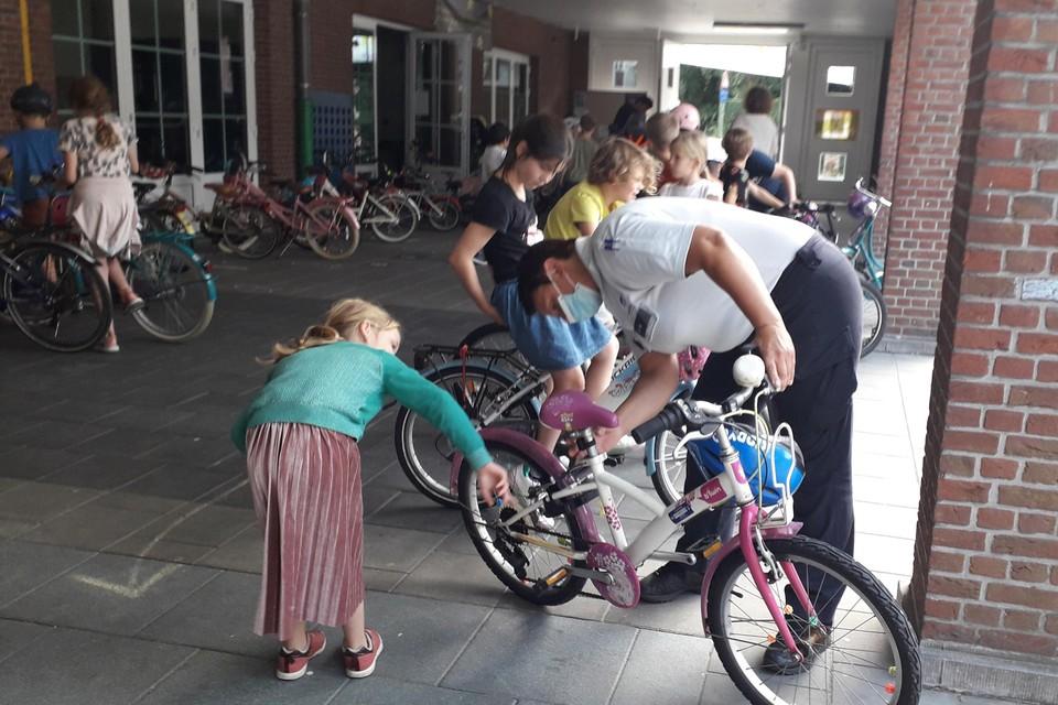 Alle fietsen werden aan een grondige politiecontrole onderworpen in GBS De Sleutelbloem.