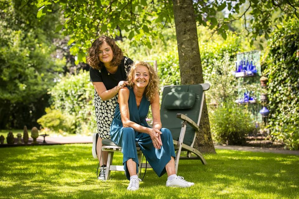 """Petra Polak met dochter Melanie. """"Door de coronacris ben ik vaak haar publiek. Ik begin er steeds meer van te genieten."""""""