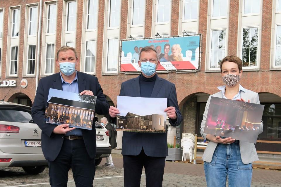 Burgemeester Maarten De Veuster (links) met schepenen Paul De Swaef en Charlotte Klima: apetrots op de nu concrete toekomstperspectieven voor de Forumgebouwen, te herkennen op de achtergrond.