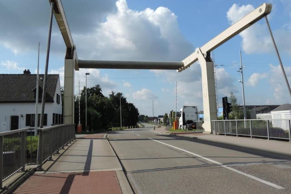 De ophaalbrug blijft gesloten voor het verkeer tot 30 augustus.