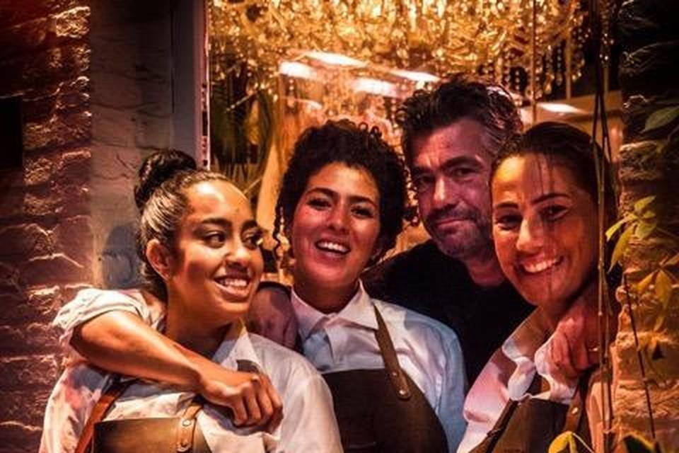 """Mike Vlasman (tweede van rechts), uitbater van restaurant De Peerdestal in Antwerpen: """"In de eerste week van mei zijn we al voor driekwart volgeboekt."""""""