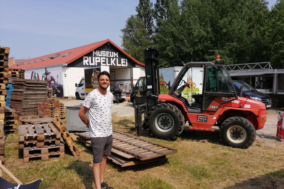 Thomas Wuyts wil deze week nog zijn zomerbar klaar hebben.