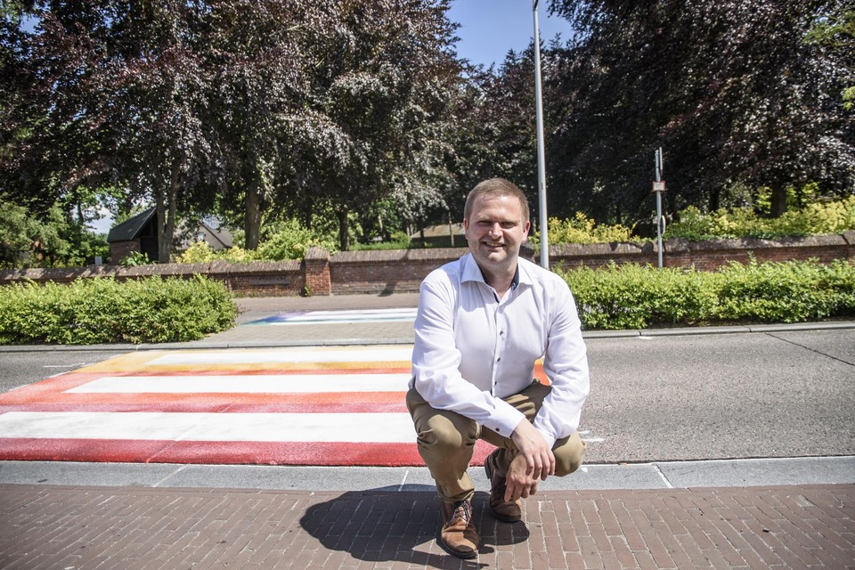 Schepen Bart Vanmarcke aan de oversteekplaats op de Waversesteenweg