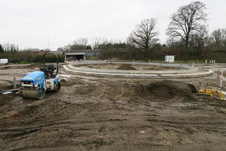 De rotonde in aanleg op de Ternesselei waarvan heel Wommelgem hoopt dat die zo snel mogelijk in gebruik genomen kan worden.