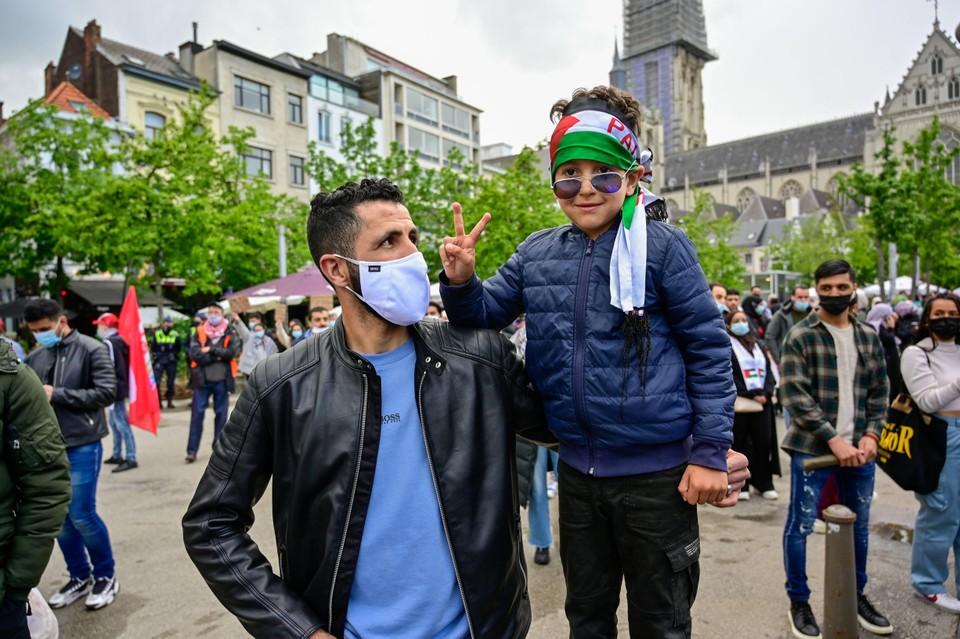Haroun maakt het vredesteken.