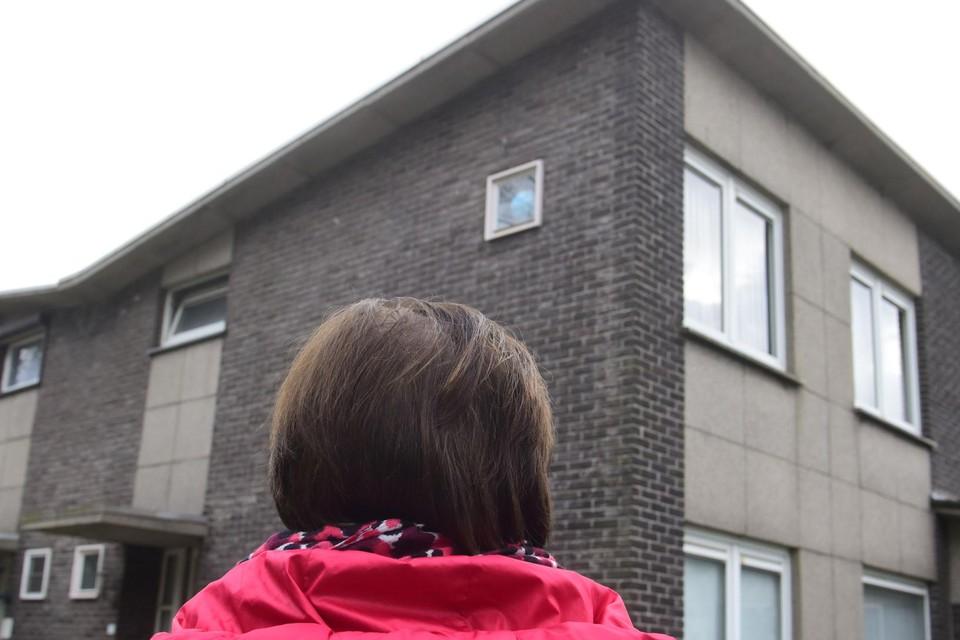 Petra voor haar sociale huurwoning waar ze uitgezet zal worden na een slepend conflict met De Ideale Woning.