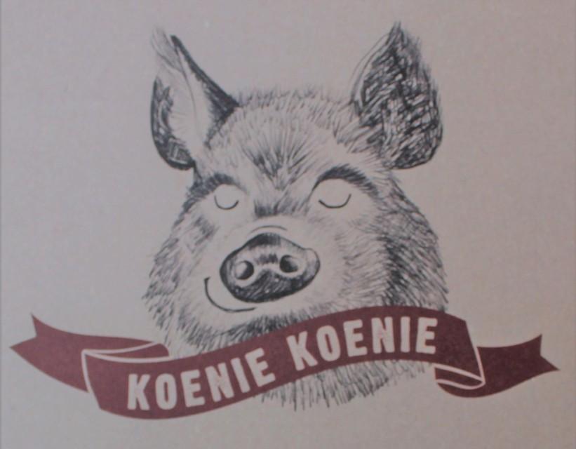 Koenie Koenie zijn gezellige, dikke, vette varkentjes met een sikje. Een gepaste naam dus voor een restaurant die ribbetjes als specialiteit serveren.