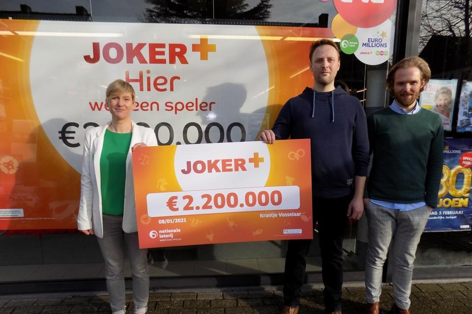 De broers Christoff en Stijn Van Gestel, uitbaters van dagbladhandel 't Krantje in Vosselaar, tonen samen met Liliane Goor van de Nationale Loterij de cheque voor een klant die 2,2 miljoen euro won.