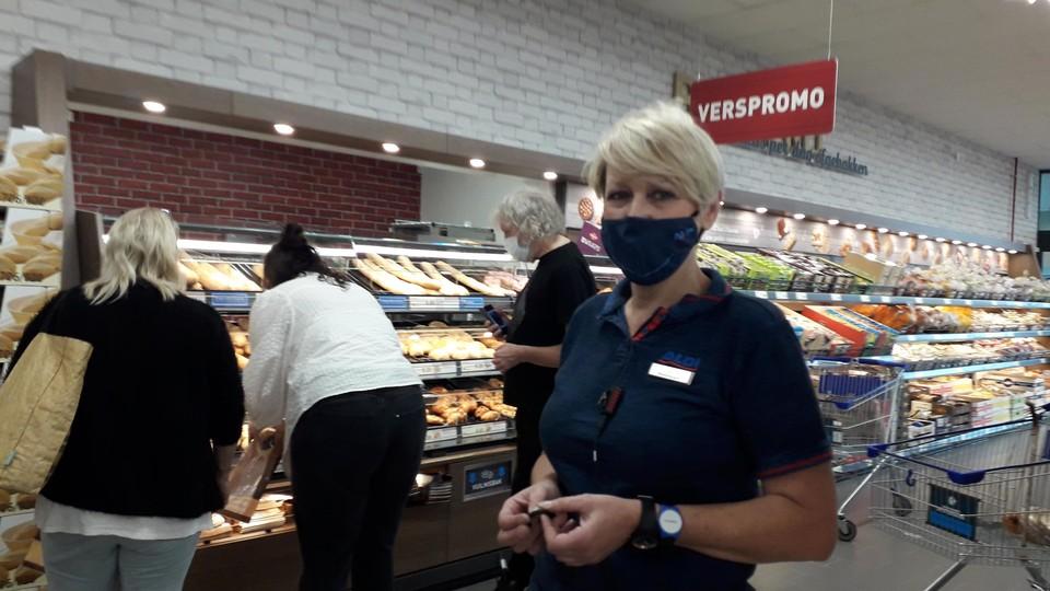 Winkelmanager Els bij de halfopen bakkerij vindt het comfortabeler werken in de brede winkelgangen.