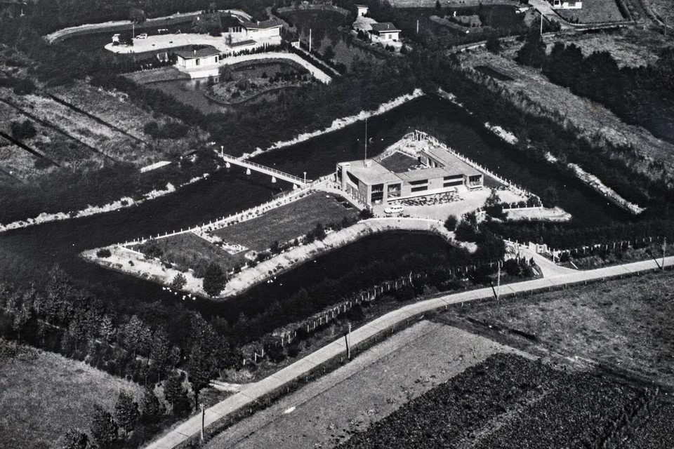 In de jaren zeventig werd vanuit een straaljager een foto van het eiland en huis Berkeneend genomen.