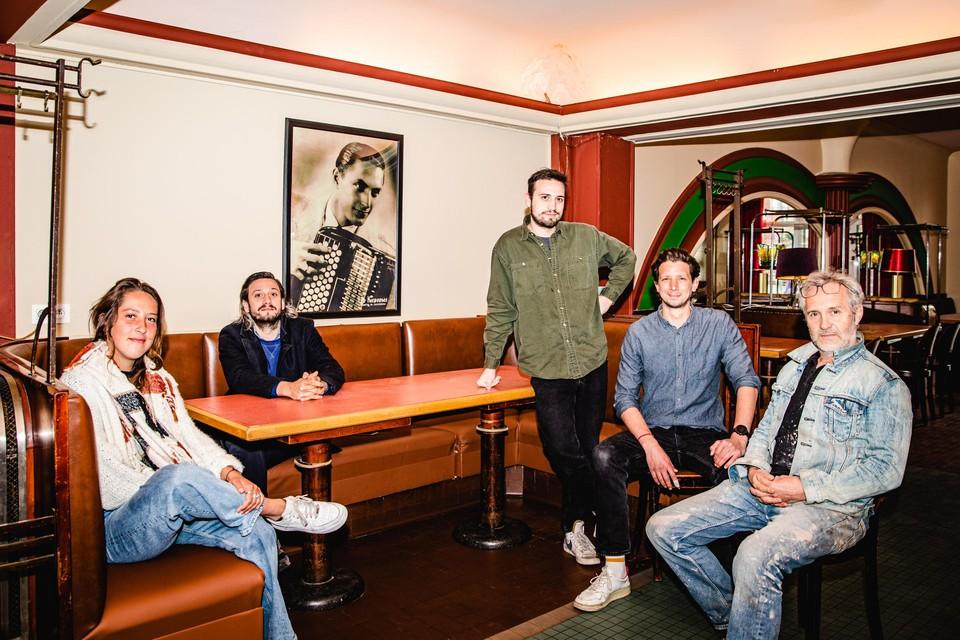 Vlnr: Laura Hamers die het gezicht van Café Cousteauwordt, Wolfram Ghesquière, Oskar Ghesquière, Illya Verstappen en Koen Ghesquière.