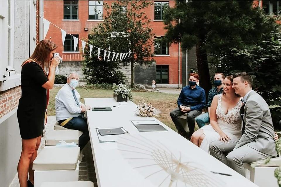 Grobbendonks burgemeester Marianne Verhaert (GiB) neemt bij elk huwelijk een polaroidfoto van het koppel om in het trouwboekje te plakken.