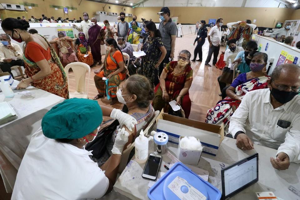 Inentingen. Volgens Hiren Shad, voorzitter van de Antwerp Indian Association, zijn al 170 miljoen Indiërs ingeënt. Op een bevolking van 1,3 miljard.