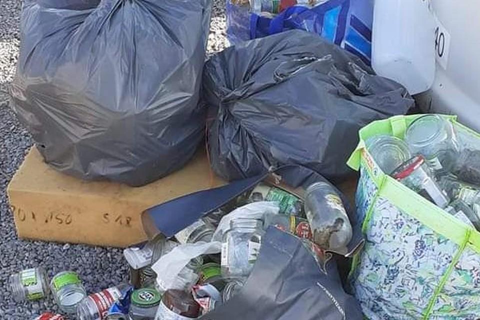 Een sluikstort met gedumpte vuilzakken.