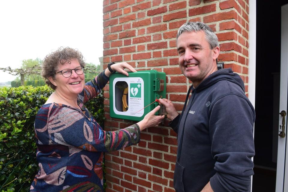 De AED hangt bij Brigitte en Herman naast de voordeur.